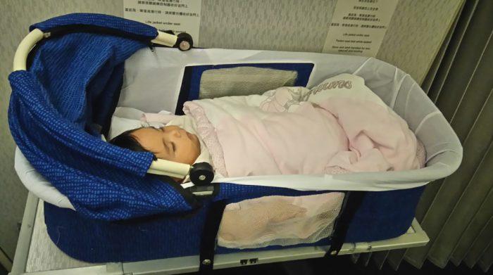 飛行機の赤ちゃん専用バシネット席