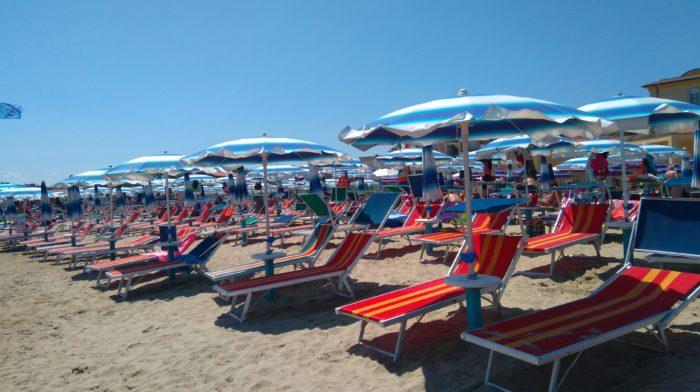 リミニの海岸沿いに並ぶパラソル