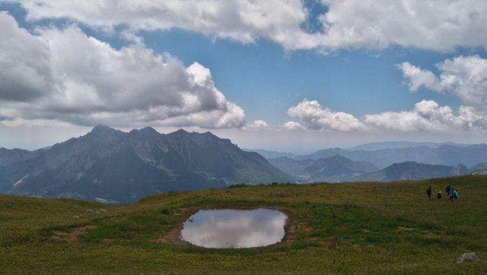 アレラ山の水たまりに映し出される美しい雲