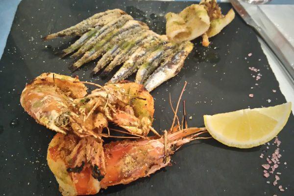 リミニのレストランで食べる魚介のフライ