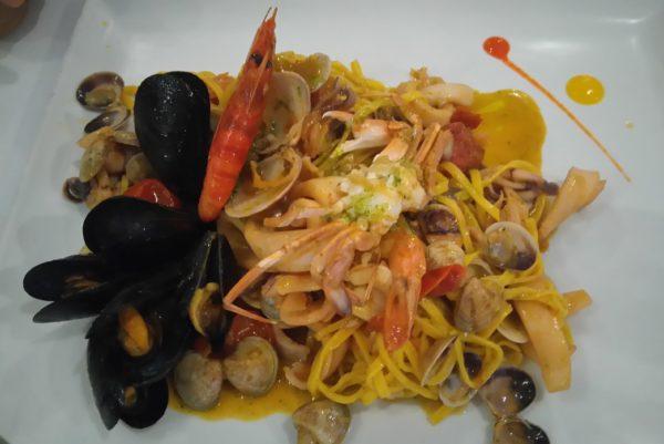 リミニのレストランで食べる魚介盛りだくさんパスタ