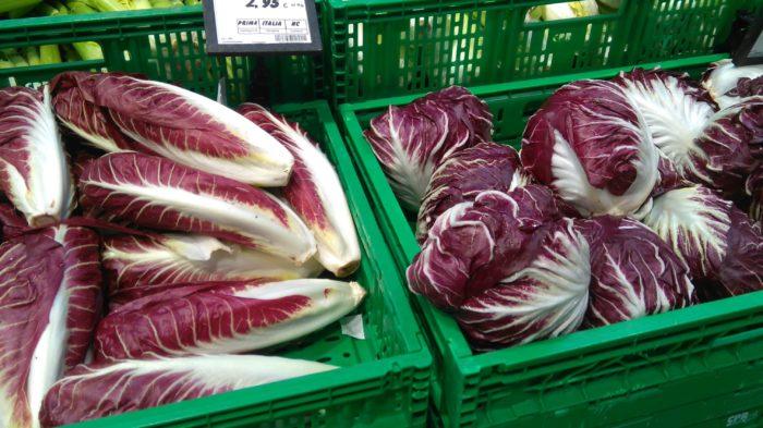 イタリアで売られている紫色の野菜ラディッキオ