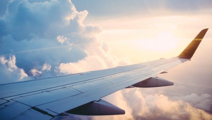 雲の中を飛ぶ飛行機
