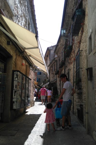 サンマリノ共和国のお土産屋さんの立ち並ぶ細い路地