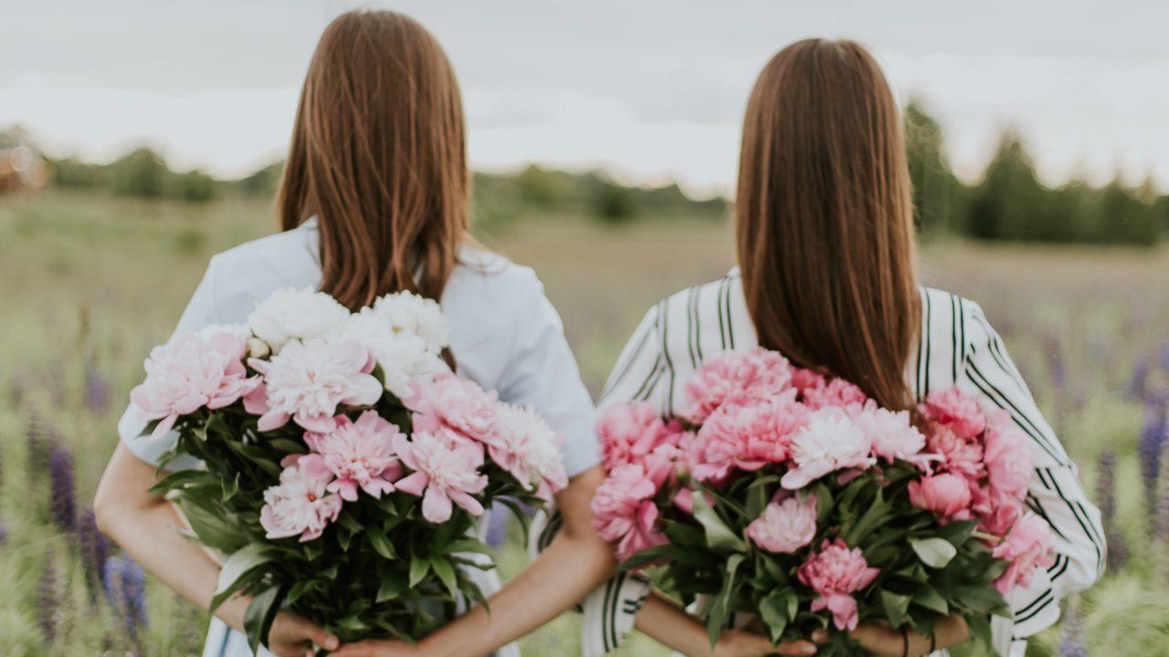 花を抱える姉妹