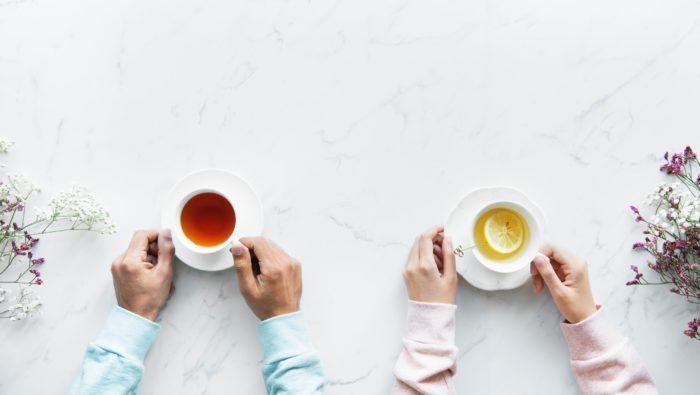 お茶を飲みあう2人