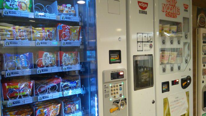 五島へのフェリーの自販機