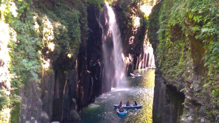 高千穂峡の遊歩道から見える滝