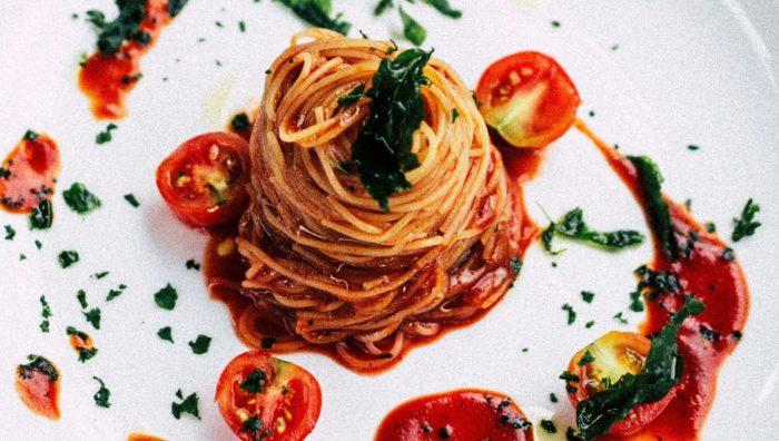 イタリアのレストランで食べるパスタ